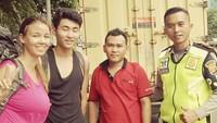 Dua orang Warga Negara Asing (WNA) asal Selandia Baru bernasib malang saat sedang pelesiran di Jakarta. Dua bule itu mengaku kehabisan ongkos saat hendak menuju Cirebon, Jawa Barat. Foto: dok. Instagram TMC Polda Metro Jaya