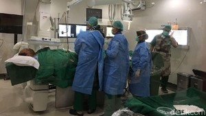 Semangat Humas BNPB Sutopo Bekerja dari Atas Meja Operasi