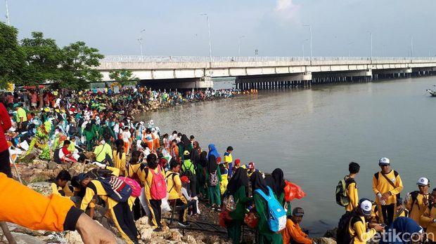Aksi bersih-bersih sampah di kaki jembatan Surabaya Madura (Suramadu)