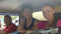 Dua bule itu ditemukan di tepi jalan. Kemudian polisi membantu WNA tersebut untuk sampai tujuannya ke Cirebon dengan menaiki sebuah truk. Ipda Erwan membantu Wisatawan Backpacker dari Selandia Baru yang hendak ke Cirebon dan kehabisan ongkos di Gardu Tol Tanjung Duren Jakbar. Selanjutnya dititipkan ke Pengemudi Truk, tulis akun Instagram TMC Polda Metro, Sabtu (24/2/2018). Foto: dok. Instagram TMC Polda Metro Jaya
