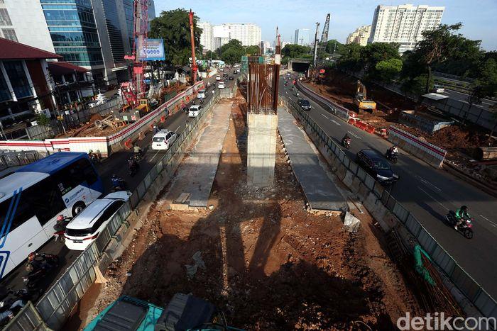 Kondisi proyek pembangunan Light Rail Transit (LRT) di jalan MT Haryono, Cawang, Jakarta, Sabtu (24/02/2018), kini terlihat sepi dari aktivitas pekerja.