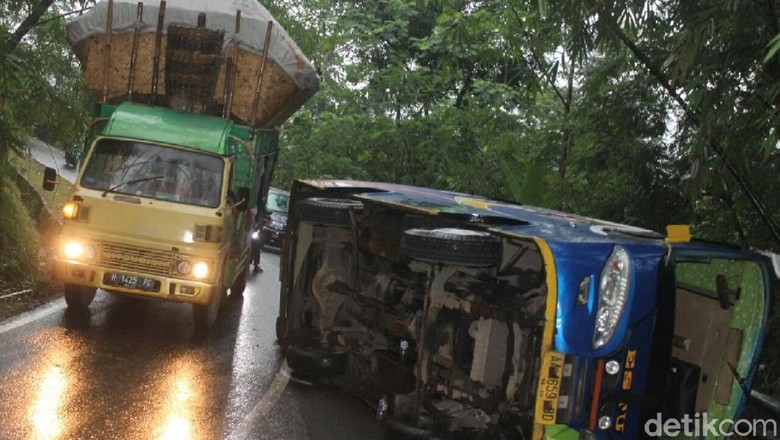 Bus Rombongan Pengantin Terguling, 1 Orang Tewas, 13 Terluka
