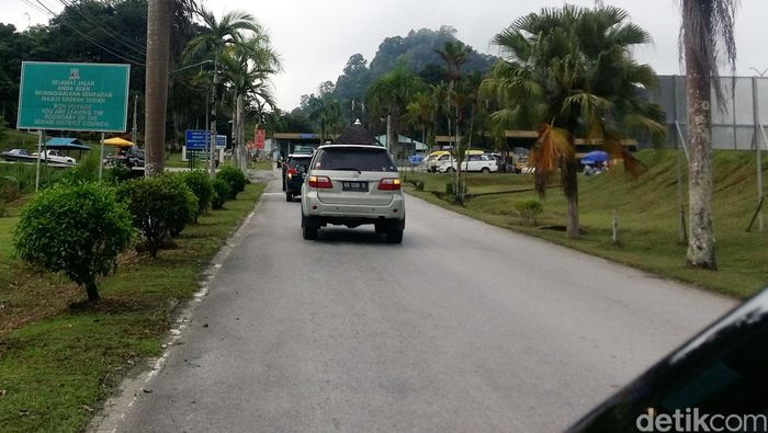 Malaysia sejak dulu sudah memiliki jaringan jalan yang mulus sejak dari perbatasan hingga ke kota-kota besarnya seperti Kuching.