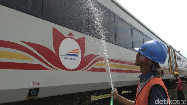 Bersihkan KA, Wujud Cinta Railfans Pada Kereta Api Indonesia
