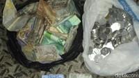 Saat karung yang dibawa Amin diperiksa, ditemukan sejumlah uang. Foto: dok. Dinsos DKI Jakarta