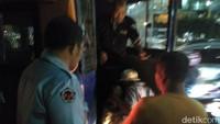Dia diamankan petugas P3S Suku Dinas Sosial Jakarta Barat pada Jumat malam (23/2). Foto: Amin (memakai topi putih) saat ditangkap. dok. Dinsos DKI Jakarta