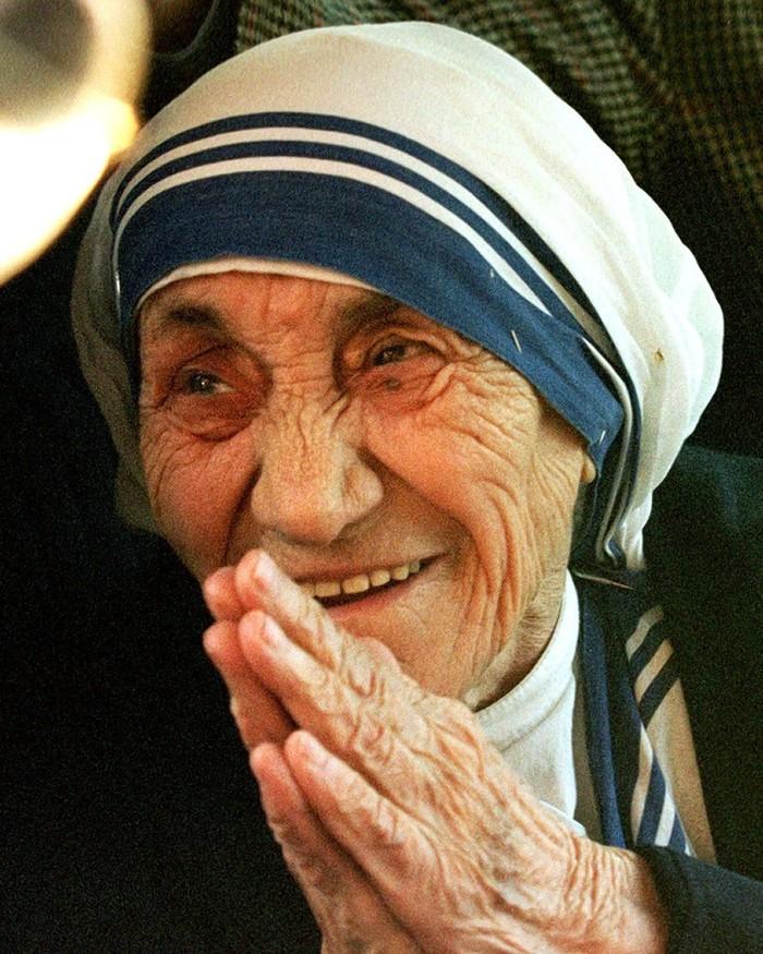 Mother Teresa, peraih nobel perdamaian, meninggal di usia 87 tahun karena serangan jantung pada 5 September 1997 di Kolkata, India. Sebelumnya ia sudah pernah bertahan dari serangan jantung dan harus mengenakan alat pacu jantung. Foto: Reuters