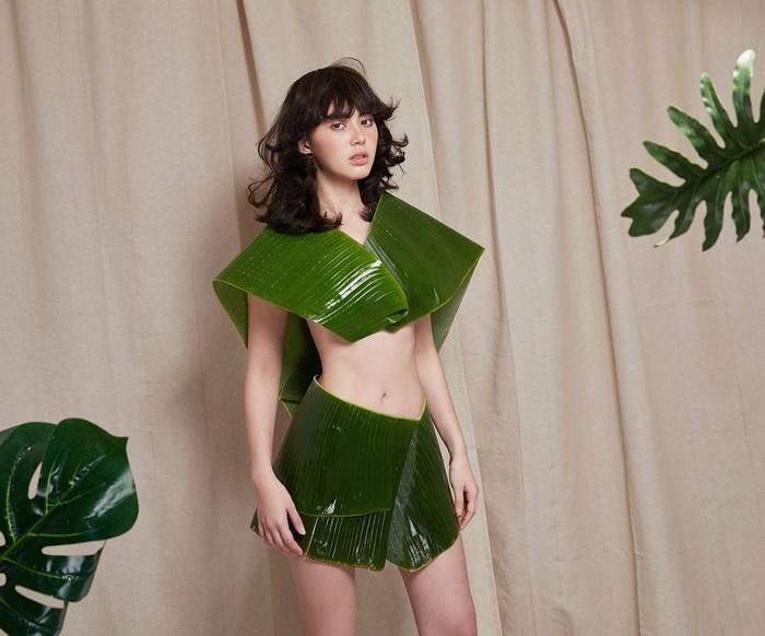 Belum lama ini, model cantik asal Thailand viral karena mengenakan busana dari daun pisang. (Foto: Instagram/davikah)