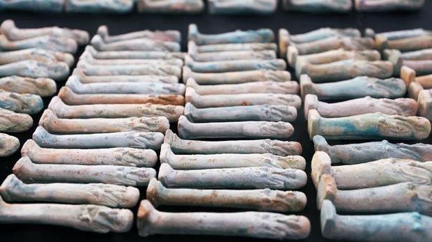 Patung-petung kecil yang ditemukan dari situs tersebut.