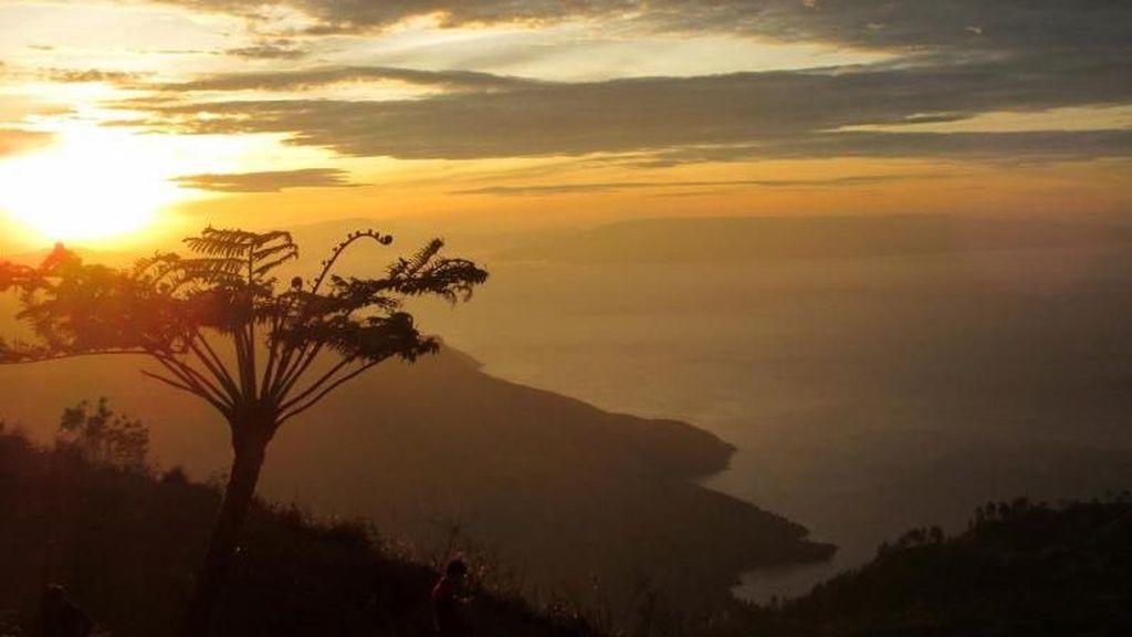Sapaan Romantis dari Tanah Karo, Sunrise di Gunung Siposo-piso