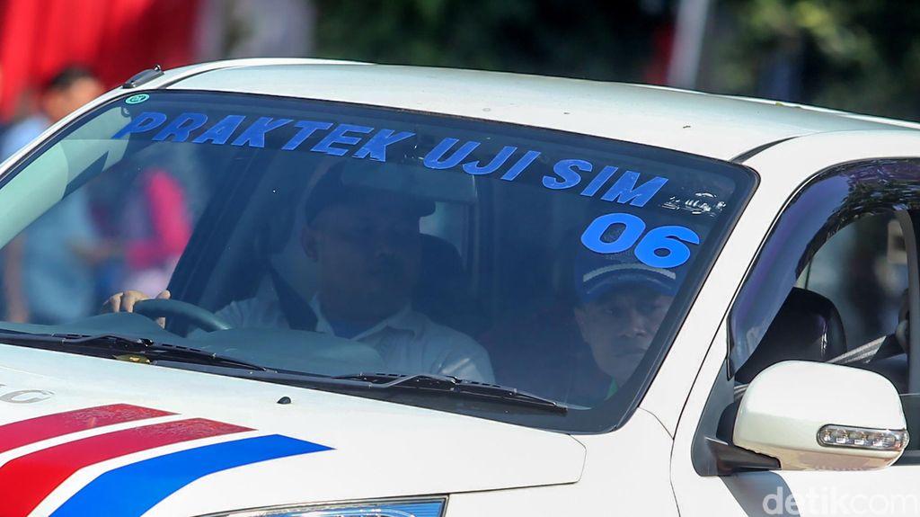 Kemnehub menggelar pembuatan SIM A Umum kolektif untuk sopir (driver) taksi online maupun konvensional. Mereka sangat antusias mengikuti ujian tersebut.
