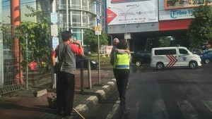 Salut! Polwan Gendong dan Beri Makan Seorang Nenek di Pinggir Jalan