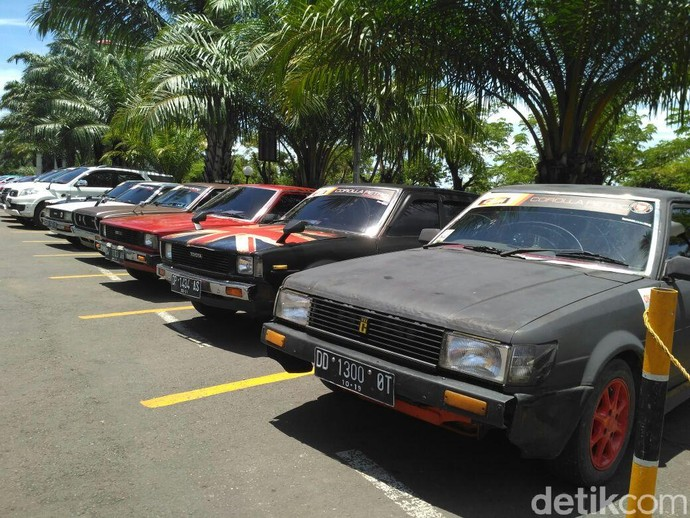 Mobil Klasik Sedot Perhatian Masyarakat Makassar