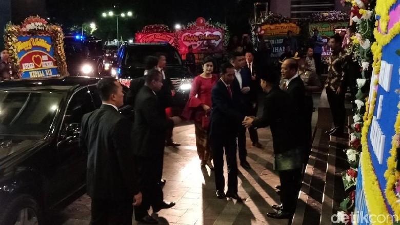 Bareng Kahiyang-Bobby, Jokowi Hadiri Pernikahan Anak Irjen Boy Rafli