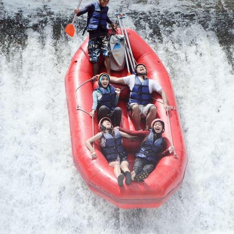 Eh Ricis juga suka rafting lho! Dari rafting kita belajar utk bisa ngelewatin berbagai macam rintangan sama2 dan tidak saling meninggalkan, ungkap wanita yang menempuh studi di Universitas Pancasila ini. Foto: Instagram/riaricis1795