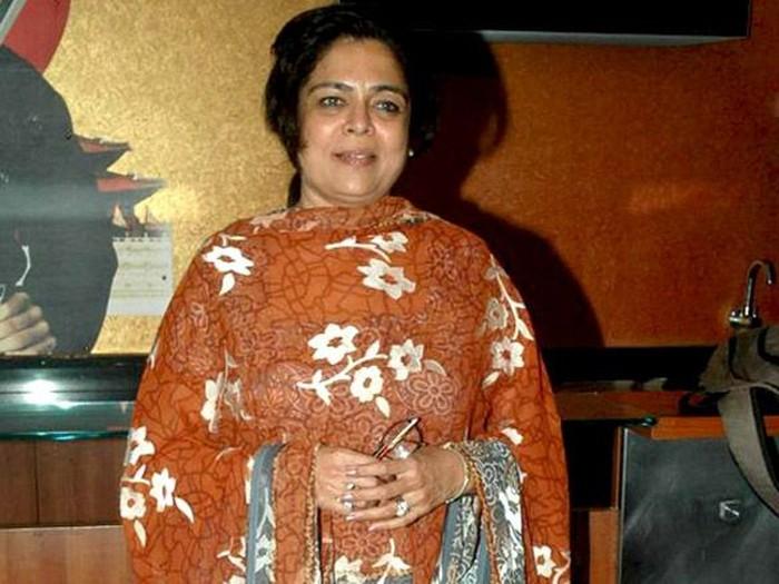 Reema Lagoo, aktris yang kerap berperan menjadi ibu Shahrukh Khan, meninggal karena serangan jantung di usia 59 tahun. Ia mengalami cardiac arrest saat berada di Mumbai, India. Foto: internet