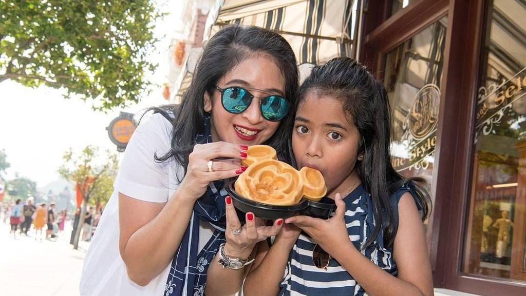 Bersama Keluarga dan Sahabat, Lihat Gaya Seru Novita Angie Kulineran
