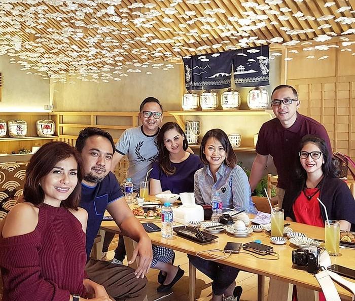 Belum lama ini, Angie berkumpul bersama sahabat-sahabatnya di sebuah restoran Jepang. Persahabatan mereka kompak, sampai-sampai suami mereka juga ikut bersahabat. Foto: Instagram novitaangie