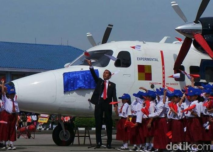 Bersama anak-anak SD dari Bandung, Jokowi menerbangkan pesawat kertas sebagai simbol Pesawat Nurnatio harus bisa terbang di udara.