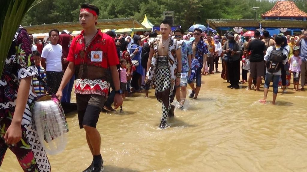 Batik On The Sea, Fashion Show di Atas Laut Pantai Sumenep