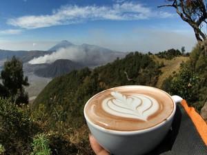 Anti Mainstream! 10 Foto Tunjukkan Pria Ini Bikin Latte Art di Puncak Gunung Indonesia