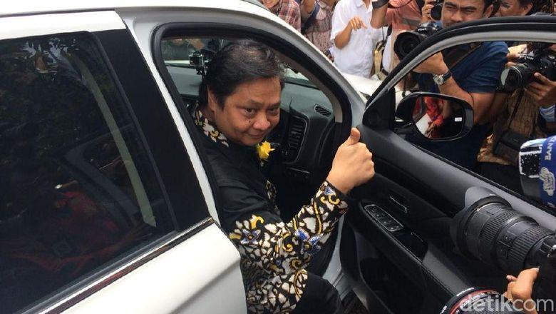 Menteri Perindustrian Airlangga Hartarto menjajal langsung mobil listrik. Ia mobil listrik tersebut sangat nyaman dan ringan.