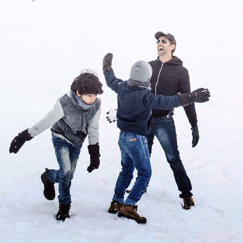 Kesibukan di dunia hiburan tidak menghalangi aktor Bollywood Hrithik Roshan untuk menikmati liburan. Misalnya, bermain salju di Rhone-Alpes, Prancis (hrithikroshan/Instagram)