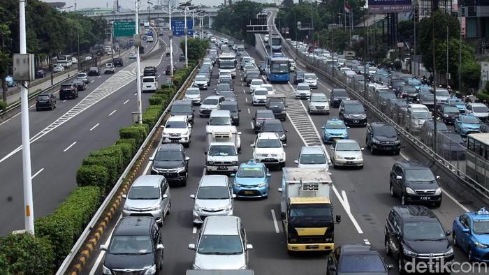 Hujan yang mengguyur wilayah Jabodetabek pagi ini mengakibatkan kemacetan lalu lintas cukup parah di Tol Jakarta-Tangerang mengarah ke Tomang, Jakarta Barat, Senin (26/2/2018).. Kepadatan lalu lintas mencapai hingga 15 kilometer.