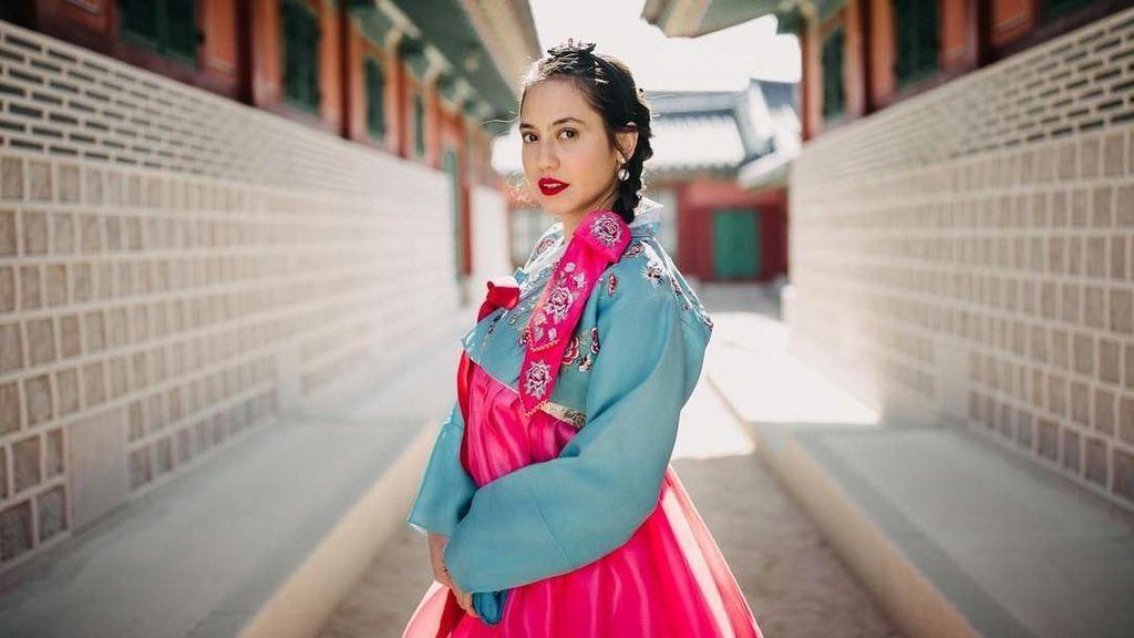 Foto: Pakai Hanbok, Gaya Cantik Pevita Liburan di Korea