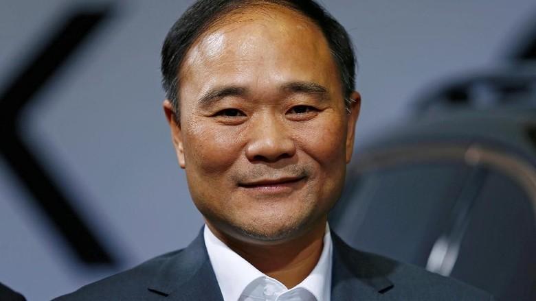 Pendiri dan Chairman Geely Li Shufu, saat di Berlin bulan Oktober 2016. Foto: REUTERS/Hannibal Hanschke/File Photo