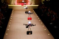 Hanya di Catwalk Dolce & Gabbana, Tas Diperagakan dengan Drone