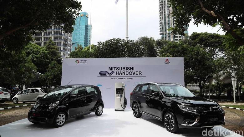 Mitsubishi Serahkan Kendaraan Listrik Kepada Pemerintah Foto: Grandyos Zafna