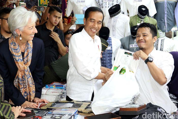 Presiden Jokowi dan Managing Director International Monetary Fund (IMF) Christine Lagarde saat tiba di Blok A Pasar Tanah Abang, Jakarta, Senin (26/2/2018).
