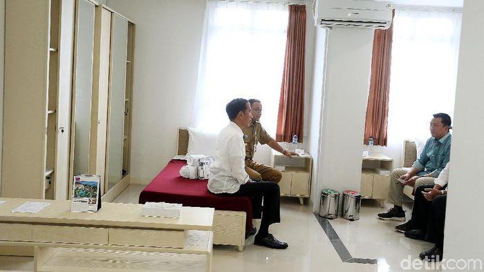 Presiden Jokowi meninjau kamar atlet di test event (Rengga Sancaya/detikSport)