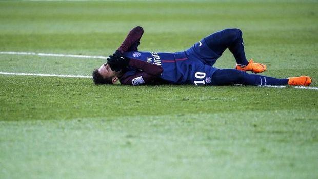 Neymar mengalami cedera kaki pada bulan Februari.