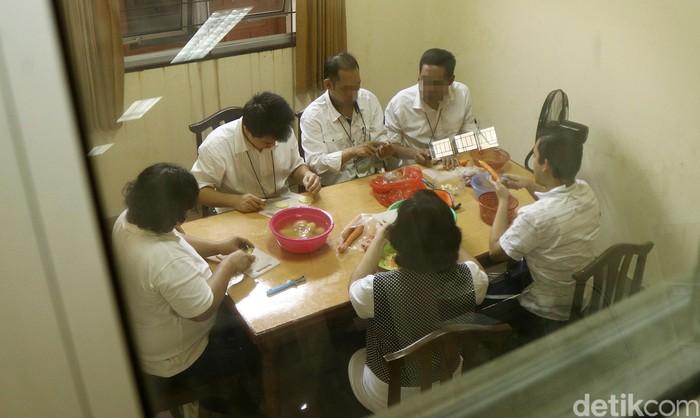 Para ODGJ yang sudah pulih dan tak lagi menjalani rawat inap di RSJ Soeharto Heerdjan dibekali kemampuan memasak. Tampak di foto, mereka sedang menyiapkan isi risoles. (Foto: Rifkianto Nugroho/detikHealth)