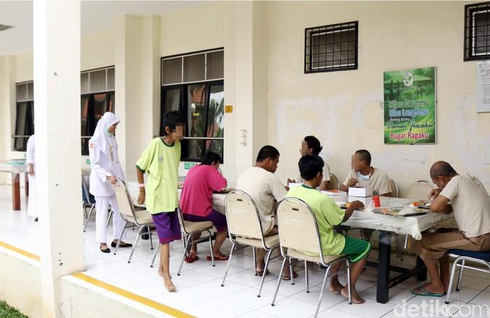 Pukul 12, makan siang pun diedarkan oleh para petugas. (Foto: Rifkianto Nugroho/detikHealth)