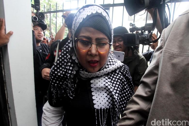 Elvy Sukaesih Mangkir Lagi, Mega Makcik Lihat Celah Pidana
