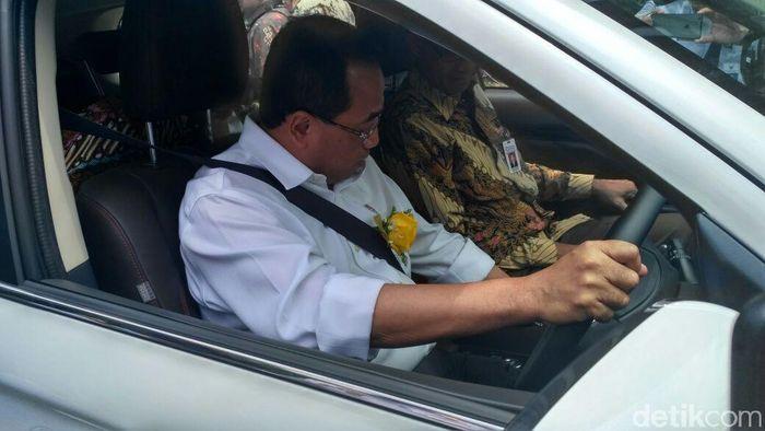 Menteri Perhubungan Budi Karya Sumadi juga mencoba langsung mobil tersebut.