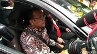Tak ketinggalan, Menteri Sekretaris Negara Pratikno juga mencoba mobil listrik ini.