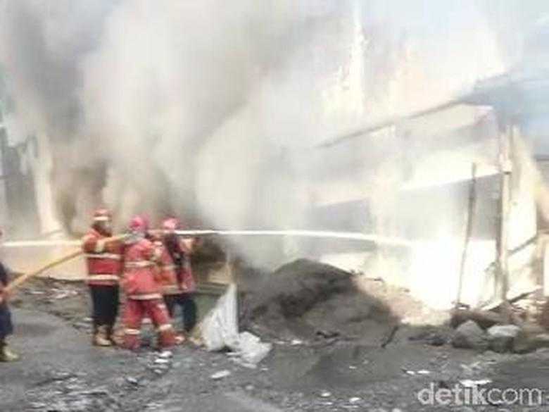 Angin Kencang Sulitkan Pemadaman Kebakaran Pabrik Tekstil Pasuruan