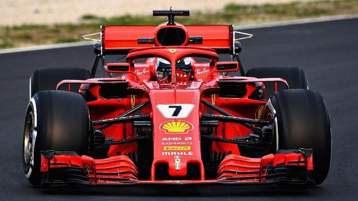 Driver Ferrari Kimi Raikkonen dalam tes pramusim perdana Formula 1 2018 di Barcelona. (Foto: Patrik Lundin/Getty Images)
