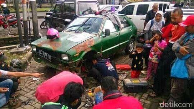 Mobil diperbaiki bareng-bareng
