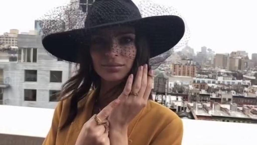 Emily Ratajkowski Ungkap Cerita Cincin Pernikahannya, Hanya 1 di Dunia