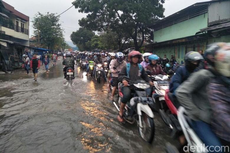 Jalur Balendah-Bojongsoang Bandung Tersendat Akibat Banjir