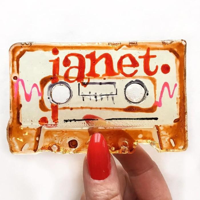 Keren! permennya berbentuk kaset pita. Permen kaset pitanya khusus dibuat untuk Janet Jackson. Pantas saja di sana ada tulisan Janet. Foto: Instagram @maayan.zilberman
