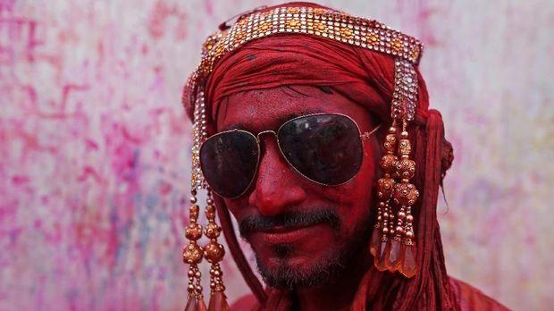 Tradisi melemparkan serbuk berwarna diyakini bermula dari kisah cinta antara dewa Khrisna dan Radha.