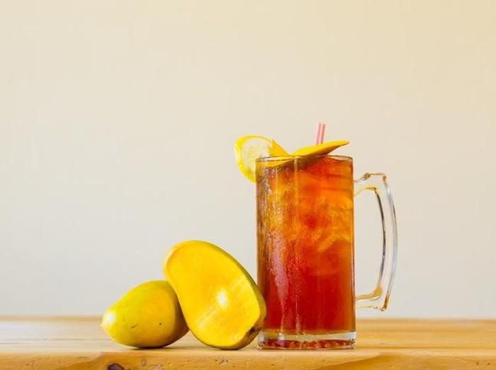 Es teh manis mungkin cocok untuk berbuka puasa, tapi sebaiknya tidak diminum saat sahur. (Foto: iStock)