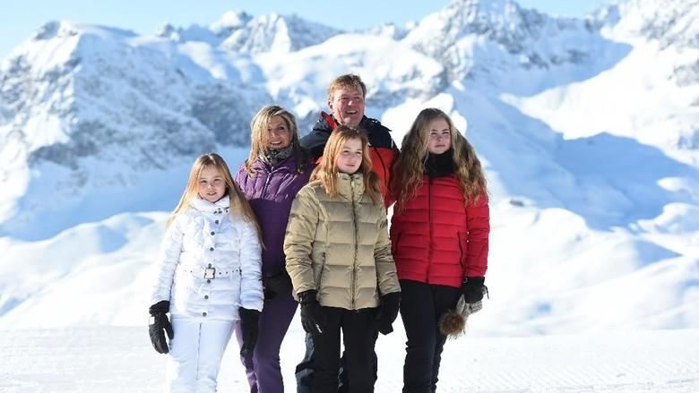 Pelukan Erat Keluarga Raja-Ratu Belanda Berlatarkan Salju