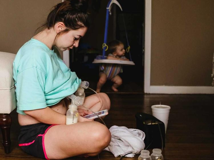 Memberi ASI eksklusif untuk si kecil nggak selalu mudah. Pun bagi Christa Hood. (Foto: Christa Hood/ Hidden Perfections Photography)